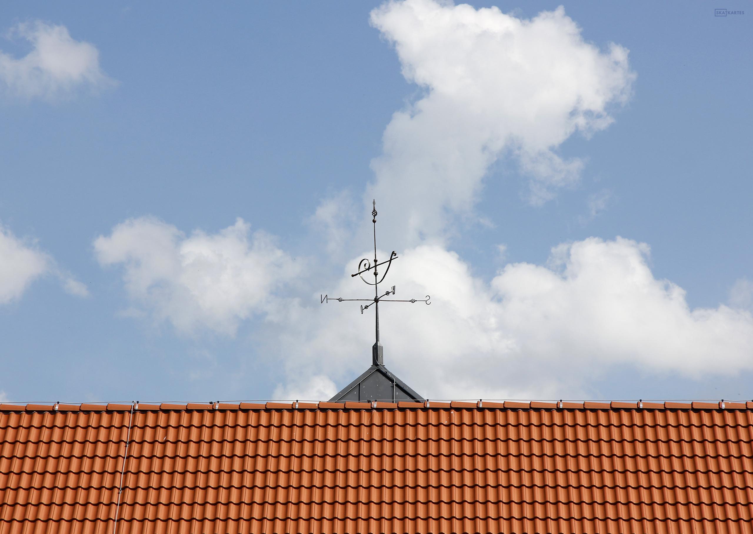 """Skatkarte Nr. 1205 - Naktsmītnes """"Āķagals"""" jumts un vējrādis, Pāvilosta (2016. gada maijs)."""
