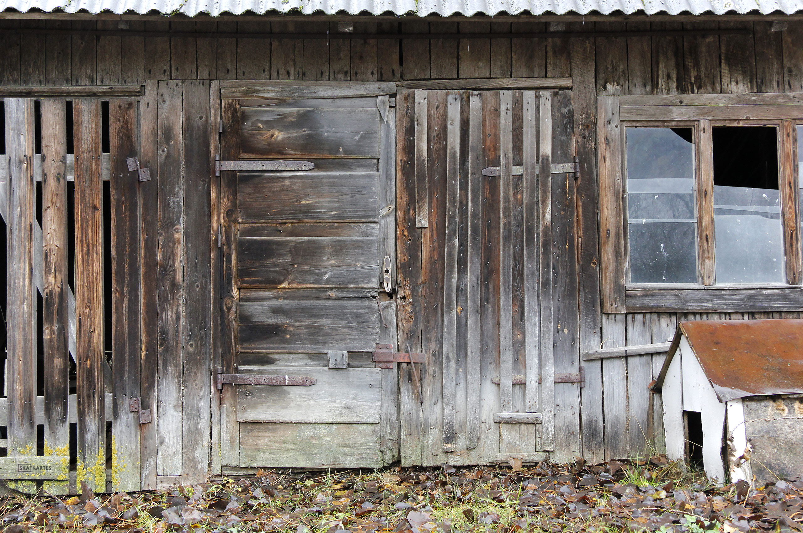 Latvija, Rīgas reģions, Ropažu novads, Podkāji, Tumšupe, šķūnis, ziema, tuvplāns, ēka, logs, vecs, celtne, jumts, pagalms, durvis, būda, koks, slēdzene, pelēks, sarkans, balts, brūns, 2015, ekrāntapete, wallpaper, fotogrāfija,